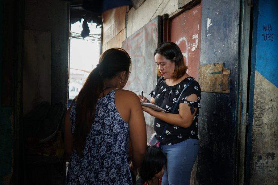 Сотрудник мобильной команды MSF на работе в трущобах Тондо и Сан-Андрс. Филиппины, март 2018 г.