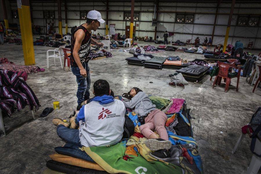 Мигрант разговаривает с психологом MSF в спортивном центре Пьедрас-Неграса, штат Нуэво-Ларедо. Мексика, февраль 2019 г
