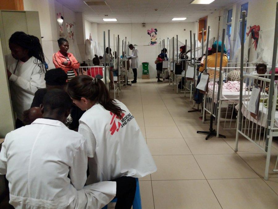 Сотрудники MSF за работой в больнице в провинции Уамбо во время вспышки малярии, которая в основном поразила детей. Ангола, март 2018г.