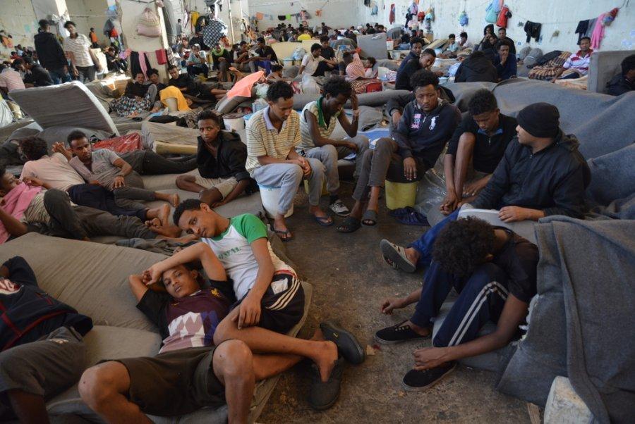Беженцы в главном здании центра временного содержания под стражей Зинтана, куда поместили 700 человек. В июне 2019 года людей распределили по другим помещениям центра. Ливия, июль 2019 г.