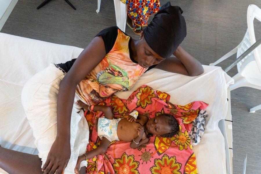 Семимесячная Адама с матерью в стационарном центре терапевтического питания в новой больнице MSF в Хангхе, округ Кенема. Сьерра-Леоне, июнь 2019 г.