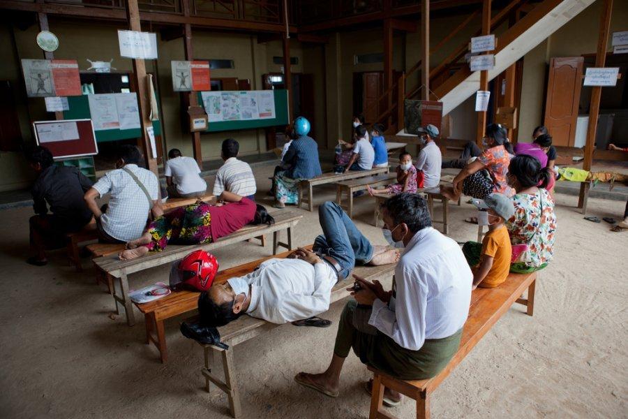 Пациенты в зоне ожидания клиники MSF в Морехе, штат Манипур. При входе в клинику все пациенты должны надевать медицинские маски. Индия, апрель 2019 г.