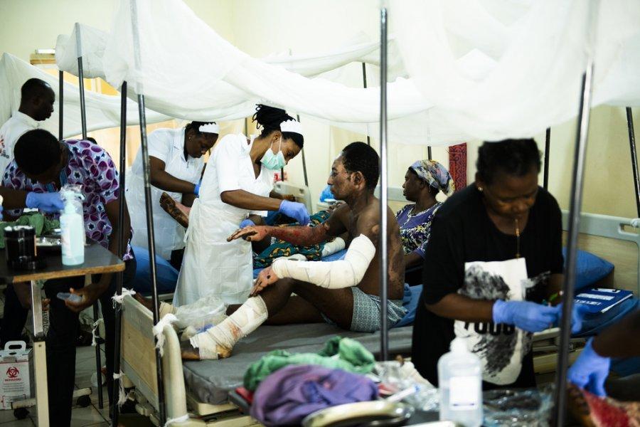 Медсестра MSF меняет повязки у пациента, который получил ожоги в результате взрыва нефтяной цистерны. Ожоговое отделение государственной университетской больницы Бенуэ, Нигерия, август 2019 г.