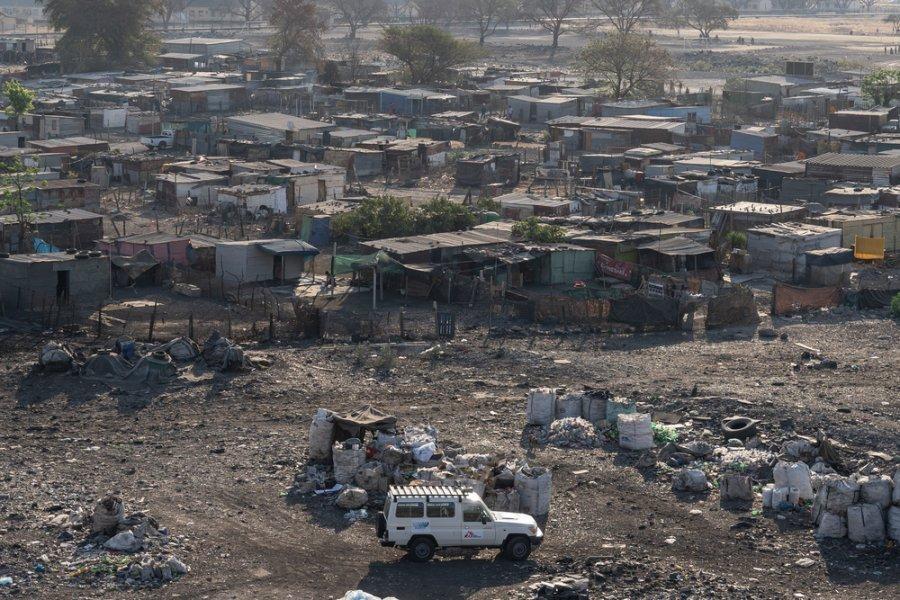 Автомобиль MSF в Рюстенбурге, расположенном в горном поясе ЮАР, где ведется добыча платины. Наши команды поддерживают местные органы здравоохранения в оказании медицинской и психологической помощи жертвам сексуального насилия. Сентябрь 2019 г.