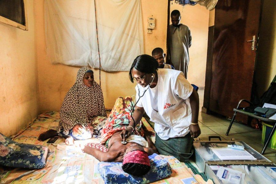 Врач MSF Дженабу Диалло на вызове у пациента, который остановился у родственников в Бамако — единственном городе Мали, где доступно лечение рака. Мали, сентябрь 2019 г.