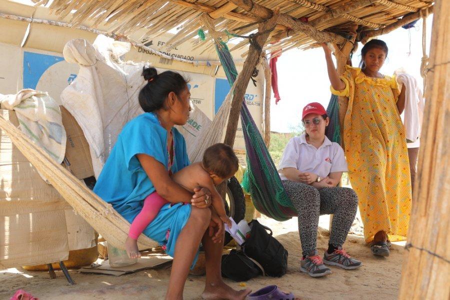 Семья венесуэльских мигрантов из народа вайю в поселении в Урибии, где работает мобильная клиника MSF. Гуахира, Колумбия, август 2019 г.