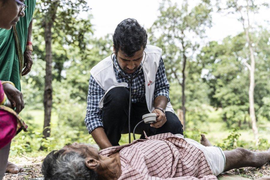 На юге штата Чхаттисгарха, где работают мобильные клиники MSF, доктор Вишва Редди приехал на вызов к пациенту в критическом состоянии. Индия, октябрь 2019 г.