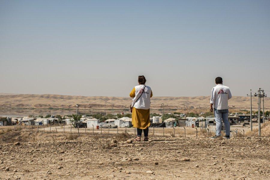 Сотрудники MSF рядом с лагерем «Альванд-2» в районе города Ханакина, мухафаза Дияла. В течение многих лет в этом лагере проживают вынужденные переселенцы из различных регионов страны. Ирак, август 2019 г.