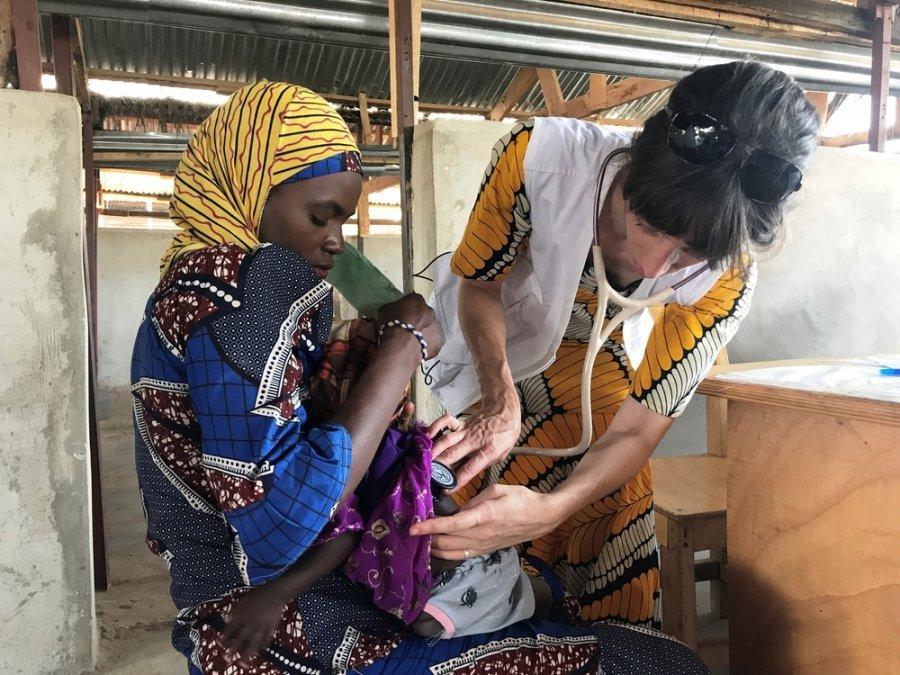 Доктор Клодин Мейер, медицинский референт проекта MSF в регионе Маради, осматривает ребенка в медицинском центре Дан-Иссы. Нигер, июль 2019 г.