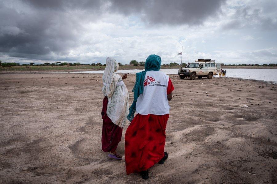 «Чайная команда» MSF набирает мутную воду в деревне Каадо для санитарно-просветительского занятия с населением, посвященного очистке воды. Регион Сомали, Эфиопия, март 2019 г.