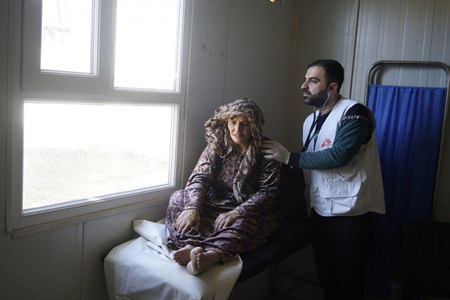 58-летняя курдская беженка из Сирии Джамила в клинике MSF, расположенной на территории лагеря для беженцев Бардараша. Джамила обратилась в клинику с жалобами на боли в спине и ноге. Ирак, ноябрь 2019 г