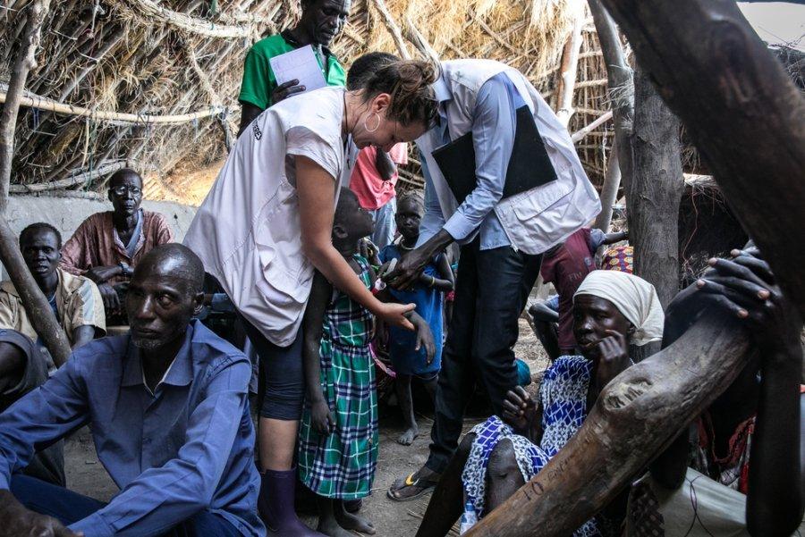 Сотрудники MSF проверяют ребенка на истощение в рамках проекта MSF по оказанию экстренной помощи населению Уланга, пострадавшему от беспрецедентно сильного наводнения. Южный Судан, ноябрь 2019 г.