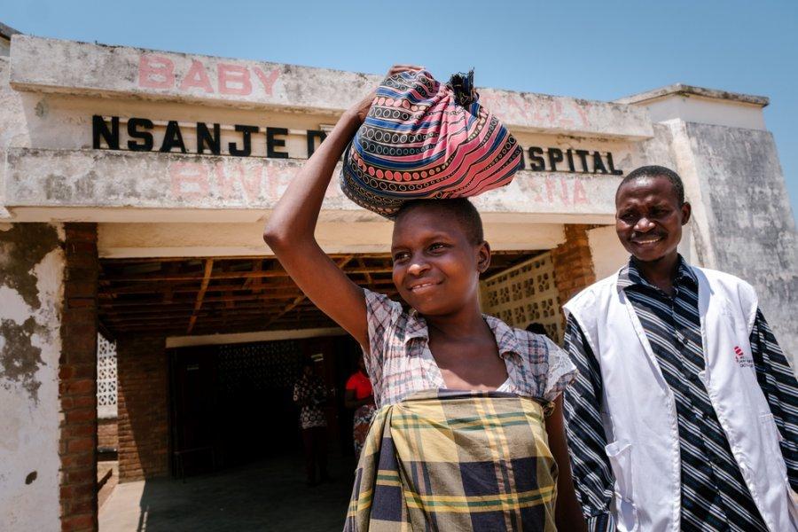 Пациентка Эстер на поздней стадии ВИЧ выписана из районной больницы Нсандже. Малави, октябрь 2019 г.