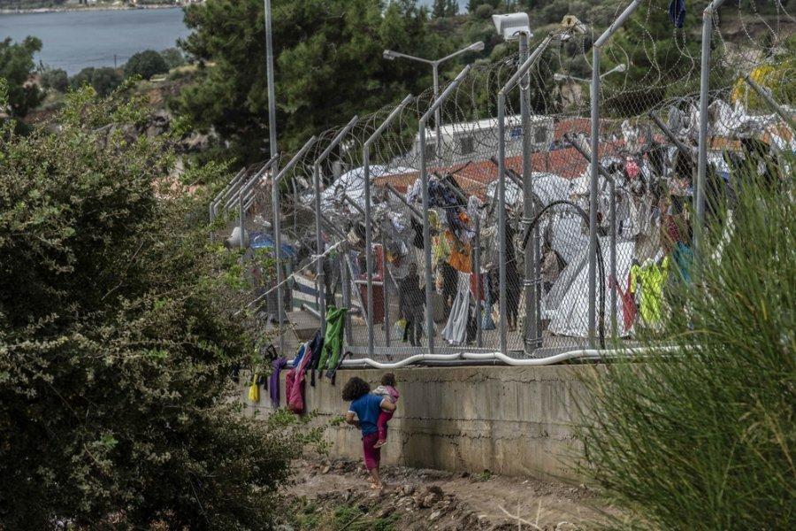 Лагерь для беженцев Вати рассчитан на 650 человек, но сейчас здесь проживает более 7 300 человек, из которых более 2 500 человек составляют это дети. Остров Самос, Греция, ноябрь 2019 г.