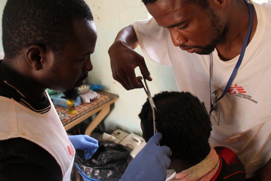 Сотрудник MSF оказывает медицинскую помощь мигранту в Ассамаке, регион Агадес. Нигер, август 2019 г.