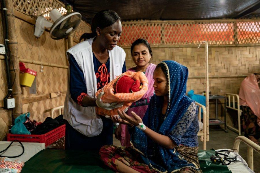 Мать с ребенком из народа рохинджа и акушерка Кристин Акот, которая руководит родильными отделениями в медицинских центрах общего профиля MSF в Джамболи и Хакимапе, округ Кокс-Базар. Бангладеш, июль 2019 г.