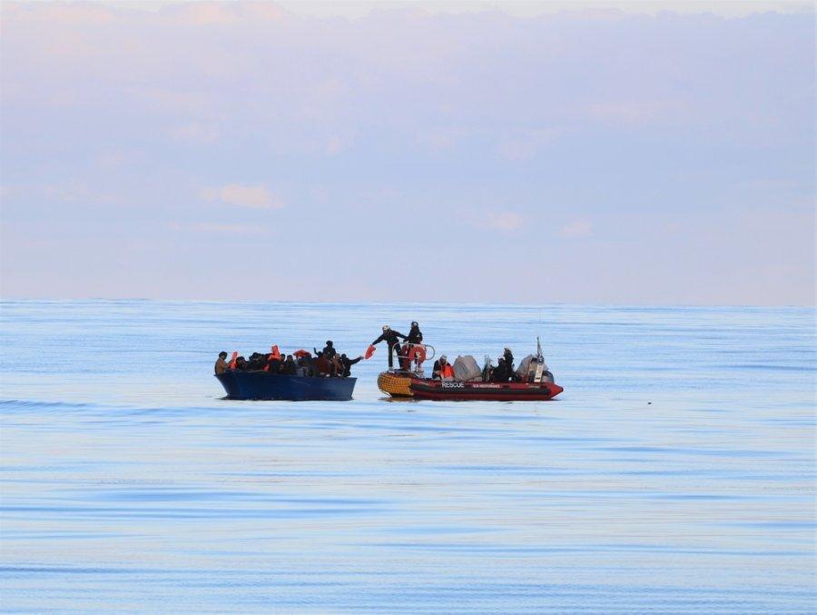 Команды MSF и SOS Méditerranée на судне Ocean Viking спасают 84 человека с переполненной деревянной лодки, дрейфующей в 71 морской миле (около 130 км) от побережья Ливии. Февраль 2020 г.