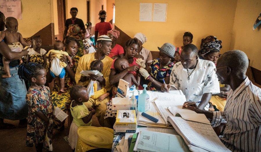 Пациенты ожидают своей очереди в клинике Робари, район Тонколили, где MSF оказывает дородовой и послеродовой уход и проводит лечение малярии. Сьерра-Леоне, январь 2018 г.