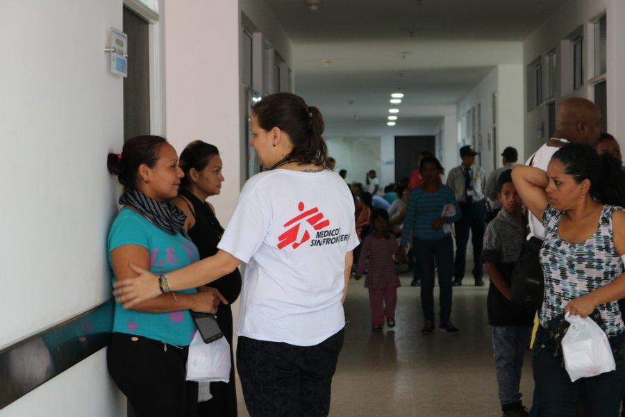 Д р Перла Гомез беседует с женщиной из Венесуэлы, которая пришла в региональную больницу Дель-Норте в Тибу за медицинской помощью MSF. Норте-де-Сантандер, один из пограничных департаментов Колумбии, ноябрь 2018 г.