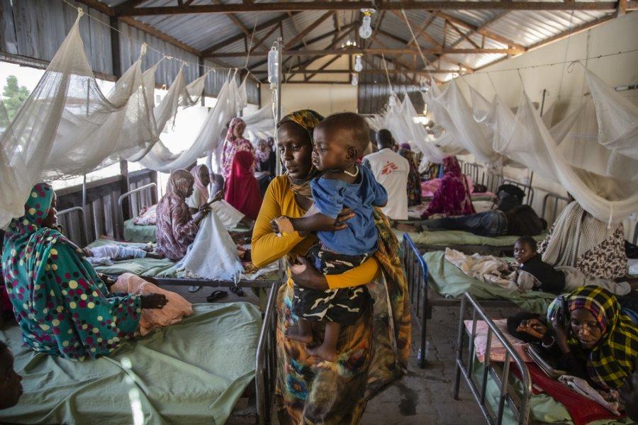 Женщина с ребенком на руках в противомалярийном отделении детской больницы в Эль-Фашере, Северный Дарфур. Судан, октябрь 2019 г.