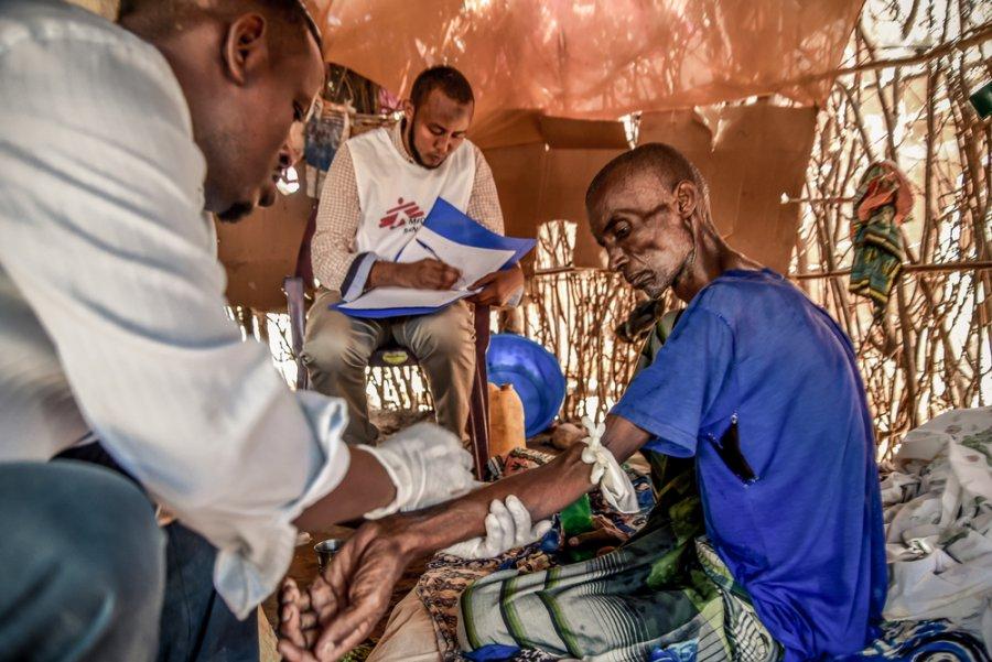 Сотрудники MSF ухаживают за пациентом с раком пищевода в рамках программы паллиативной помощи, которую мы проводим в лагере для беженцев Дагахали, Дадааб. Кения, ноябрь 2019 г.