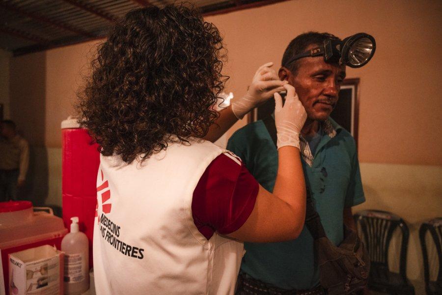 Биоаналитик MSF Монсеррат Варгас берет у 53-летнего Омара образец крови для анализа на малярию. Боливар, Венесуэла, октябрь 2019 г.